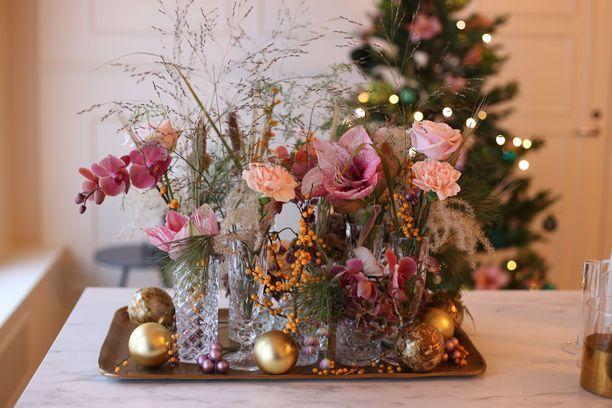 Tältä näyttää tämän joulun trendivärikirjo: puuterin väristä ja persikkaista tunnelmaa, höystettynä pehmeällä roosalla. Mukana on keveitä heiniä ja kuivakukkia.
