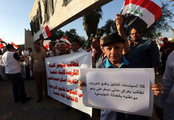 Rauhallisesti alkaneet protestit ovat muuttumassa väkivaltaisiksi Etelä-Irakissa.