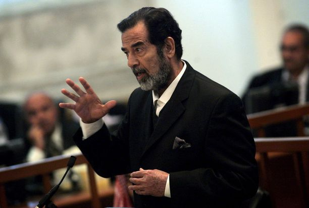 Saddam Hussein oikeudenkäynnissään lokakuussa 2006.