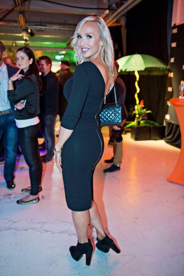 Jutta edusti FOX-kanavan syysohjelmiston esittelytapahtumassa kokomustassa vartalonmyötäisessä mekossa.