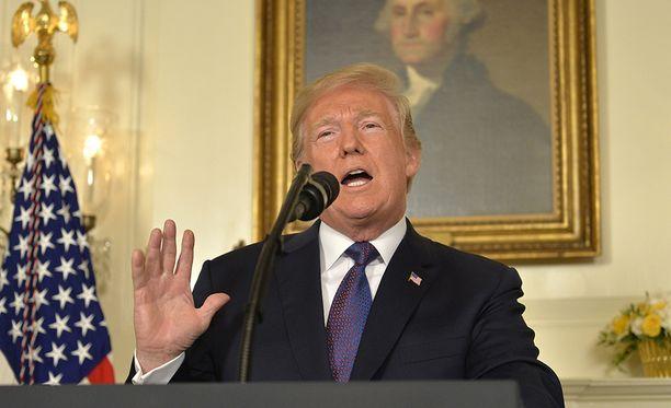 Donald Trump ilmoitti perjantai-iltana Yhdysvaltain aikaa pitämässään puheessa määränneensä Yhdysvaltain armeijan tekemään täsmäiskuja Syyriaan.