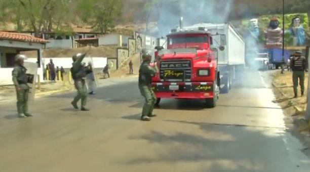 Kansalliskaartin sotilaat yrittivät torstaina estää rekkoja ylittämästä rajaa. Kuvakaappaus videolta.