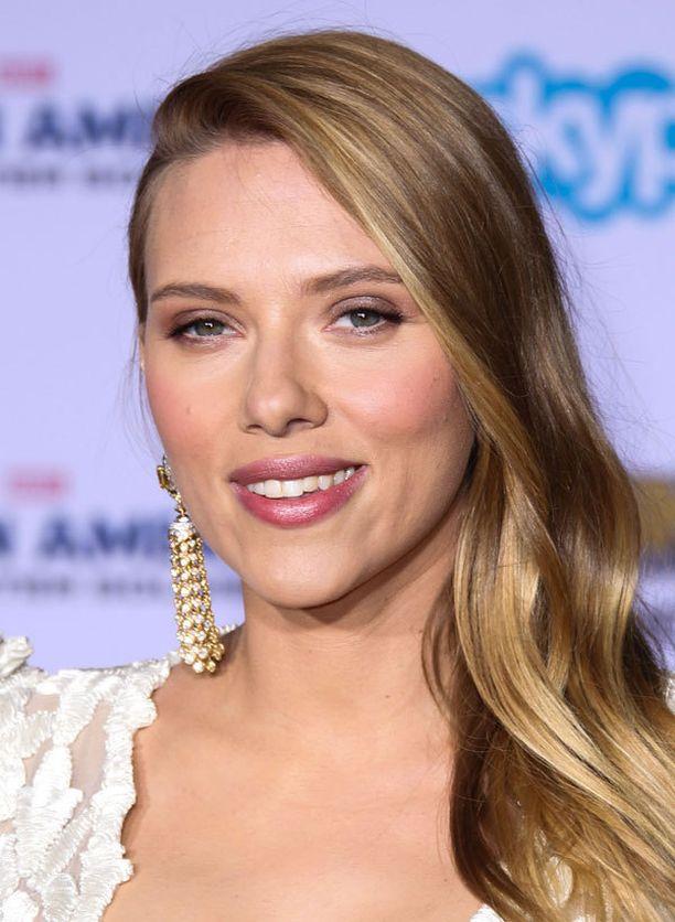 Scarlett Johanssonin timantinmuotoisia kasvoja imartelee sivujakaus.