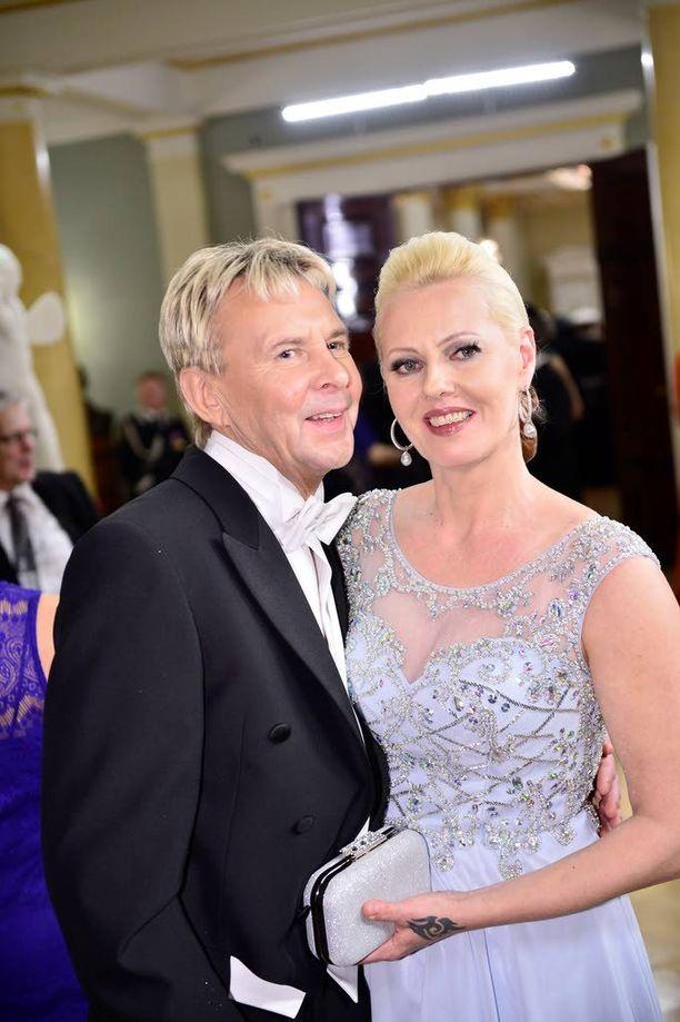 Matti ja Pia Nykänen edustivat tyylikkäinä Linnan juhlissa.