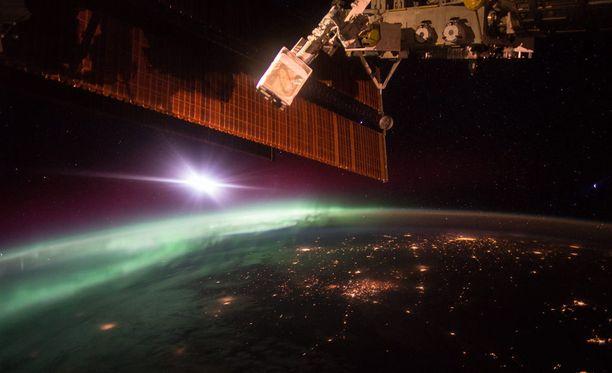 Astronautti Scott Kelly kuvaa innokkaasti maapalloa avaruudesta käsin. 7. lokakuuta revontulet näyttivät tältä avaruusasemalta katsottuna.