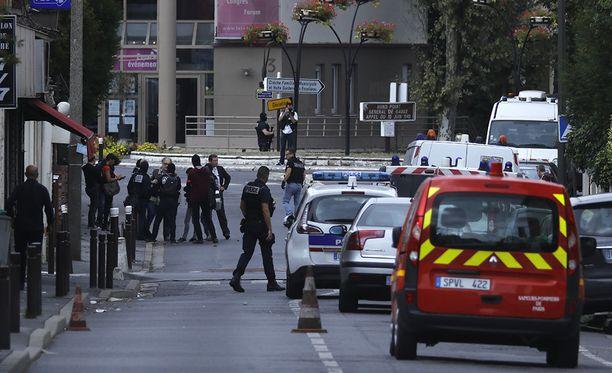 Ranskan poliisi teki keskiviikkona ratsian Pariisin Villejuifissa sijaitsevaan asuntoon, josta löytyi kotitekoisia räjähteitä.