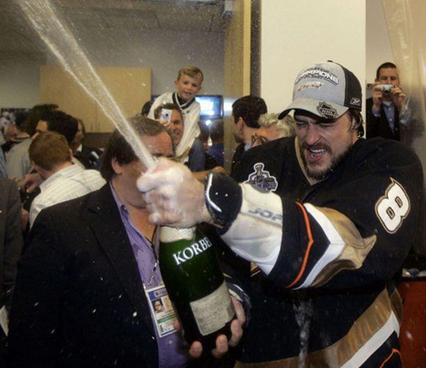 KUOHUVAA Selänne juhli voittoa villisti Anaheimin pukuhuoneessa.