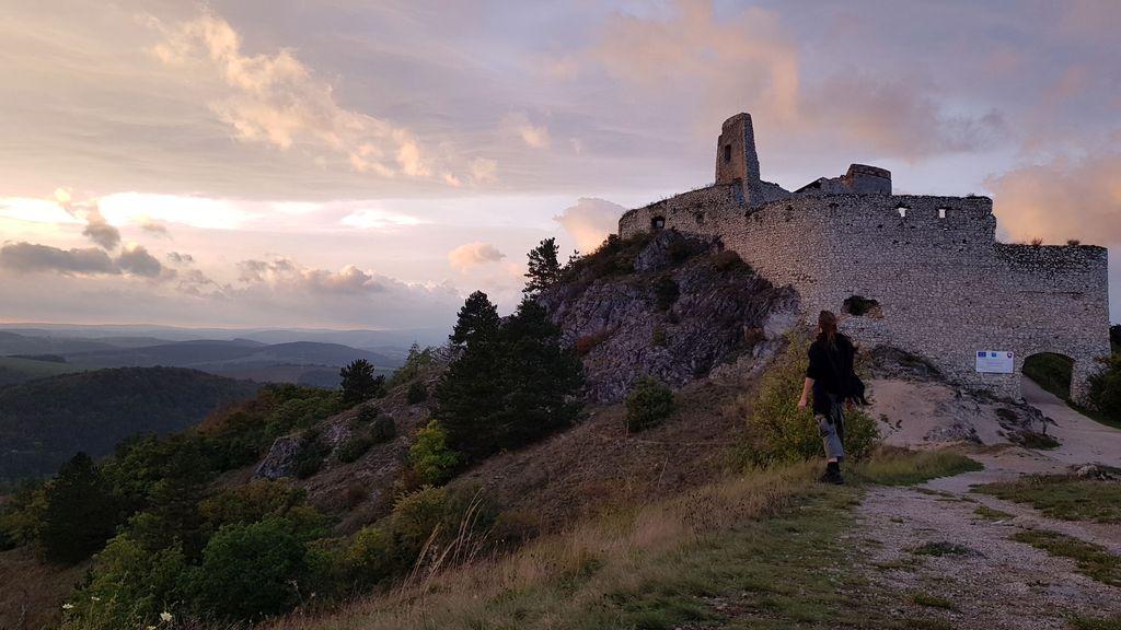 Auringonlasku Pikku-Karpaateilla Čachticen linnan edustalla. Aikanaan linna kuului Verikreivittärenä tunnetulle Elisabet Bathorylle.