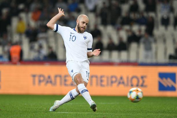 Teemu Pukki vei Suomen Ateenassa 1–0-johtoon läpiajosta, jonka oli omalla prässäyksellään itselleen hankkinut.