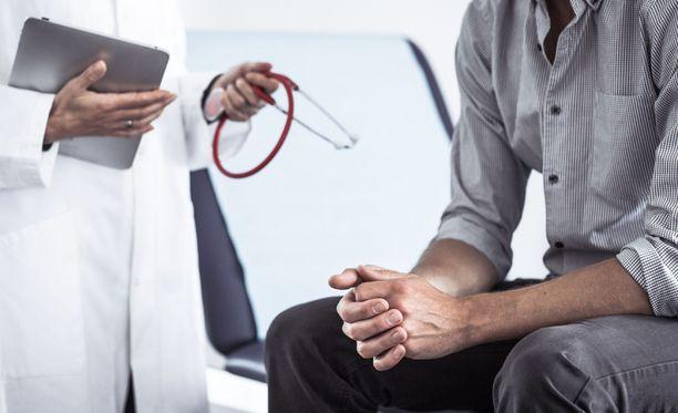 A-hepatiitin ensimmäisiä oireita ovat ruokahaluttomuus ja pahoinvointi, myös kuumeilua ja vatsakipua voi esiintyä.