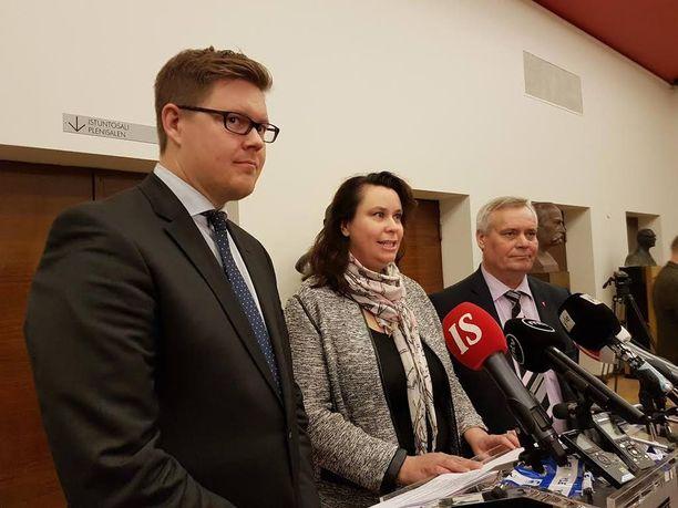 Antti Lindtman, SDP:n varapuheenjohtaja Johanna Ojala-Niemelä ja Antti Rinne tiedotustilaisuudessa perjantaina.