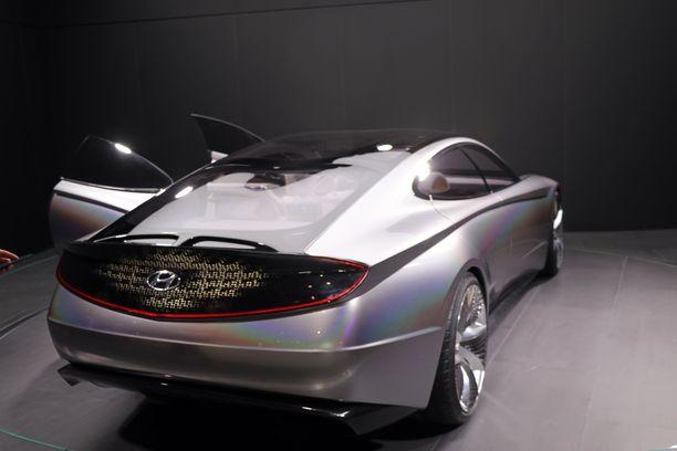Hämääkö hopea väri, vai onko perän muodoissa ripaus Mercedeksen sähköisten EQ-mallien tyyliä.