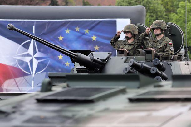 Puolalaiset sotilaat juhlivat paraatissa maansa Nato- ja EU-jäsenyyttä toukokuussa Varsovassa.