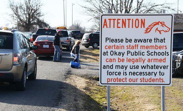 Yhdysvalloissa tapahtui viime vuonna 65 kouluampumista. Henkilökunnan aseistuksen uskotaan suojelevan oppilaita.