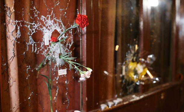 129 ihmistä kuoli ja tämän hetkisen tiedon mukaan 352 loukkaantui perjantaisissa terrori-iskuissa Pariisissa.