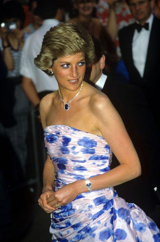 Diana suosi mielellään olkapäät paljastavia halterneck-leikkauksia ja täysin olkaimettomia mekkoja. Kuva vuodelta 1988.