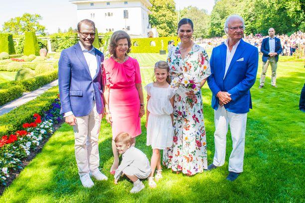 Kuningas Kaarle Kustaa, kuningatar Silvia, kruununprinsessa Victoria ja prinssi Daniel sekä lapset Estelle, 7, ja prinssi Oscar, 3, kuvattu heinäkuussa Victorian 42-vuotispäivillä.