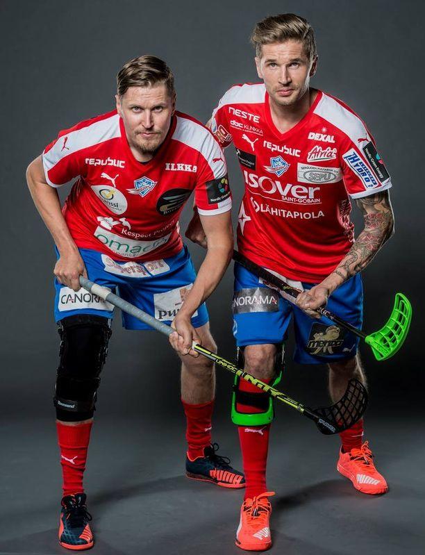 Mika (vas.) ja Mikko Kohonen pelaavat tällä kaudella Seinäjoen Peliveljissä. Molempien oikeaan polveen laitetaan uran jälkeen tekonivel.