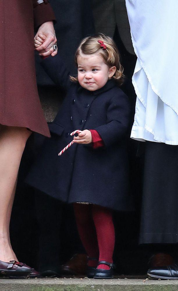 Prinsessa Charlotta asteli polkatikkunsa kanssa kirkosta...