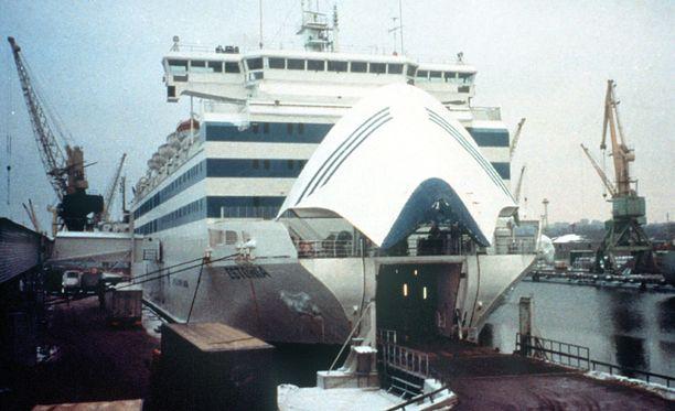 Miksi Estonia upposi niin nopeasti? Keulavisiirin irtoamisen ja laivan kallistumisen jälkeen vettä virtasi sisään sekä keulasta että hajonneista ikkunoista.