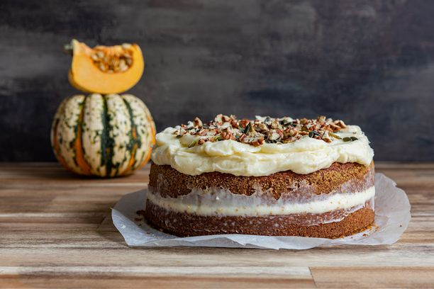 Kurpitsakakku on täydellinen leivonnainen lokakuun pimeneviin iltoihin.