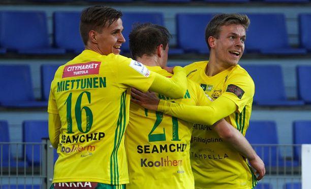 Tatu Miettunen, Niklas Jokelainen ja Iiro Järvinen juhlivat Maarianhaminassa.