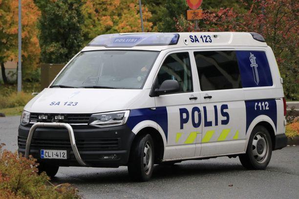 Poliisi etsii liikennetörttöilystä epäiltyä autoilijaa. Kuvituskuva.
