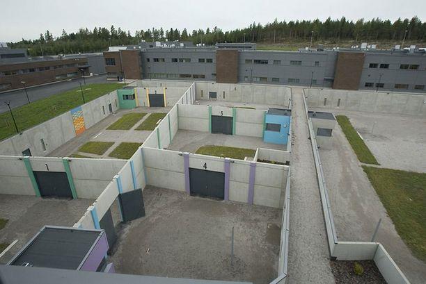 Vankilan ulkoilupihoja on eroteltu seinillä.