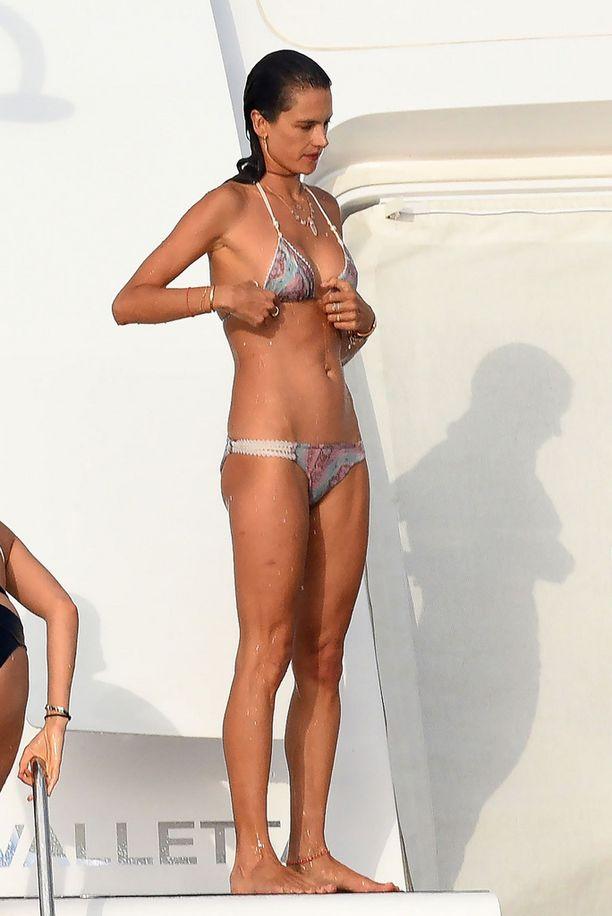 35-vuotias Alessandra Ambrosio on yhä upeassa kunnossa.