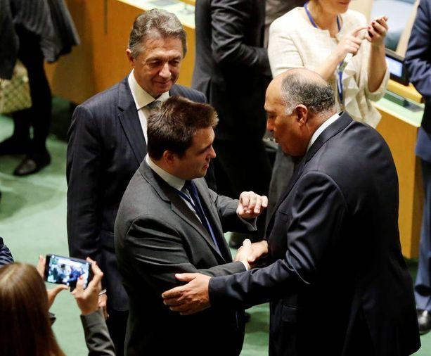 Ukrainan ulkoministeri Pavlo Klimkin (oik.) ja Egyptin ulkoministeri Sameh Shoukry onnittelivat toisiaan menestyksekkään äänestyksen jälkeen.