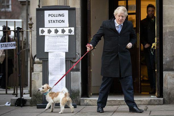 Pääministeri kävi äänestämässä koiransa Dilynin kanssa Lontoossa 12.12.2019.