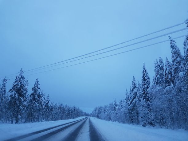 Sähkölinjat ovat laajalti lumen peitossa.