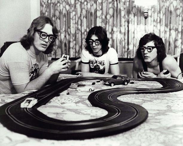 Hansonin veljekset olivat kovia poikia kaukalossa. Hotellihuoneessa he leikkivät autoradalla.