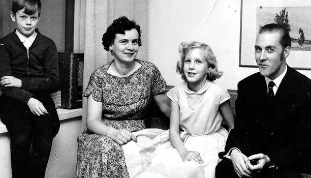 Kun olin kymmenenvuotias, muutimme Tapiolaan. Olen siskoani vuoden vanhempi. Lapsina meillä oli aika huonot välit, kränää leluista ja jatkuvaa kilpailua vanhempien suosiosta.
