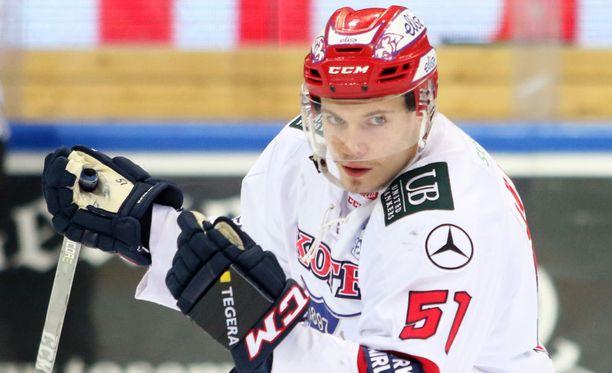 Juha Jääskä avasi ottelun maalihanat avauserässä.
