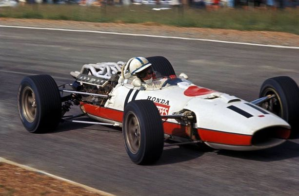 Murroksen kynnyksellä. Vuoden 1967 Honda RA273:ssa ei vielä ollut siiven siipeä. Kaiken kukkuraksi kori näytti puolikkaalta, kun auto viiletti peräpää paljaana.