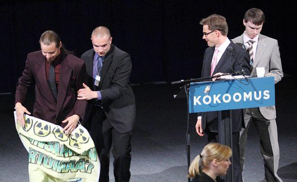 Aktivistit nousivat lavalle Jyrki Kataisen puheen aikana.