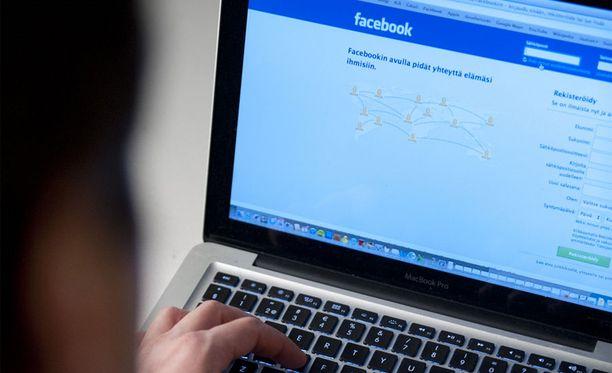 Kalifornialaismies luuli viestittelevänsä Facebookissa terroristijärjestön kanssa.