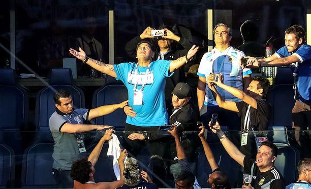 Diego Maradonan käytös aitiossa hämmensi sosiaalisessa mediassa.