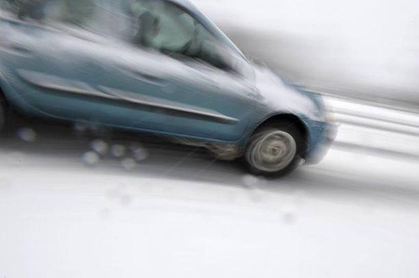 Kevytmetallivanteiden väliin kasaantunut jää voi saa pyörät täristämään ajossa.