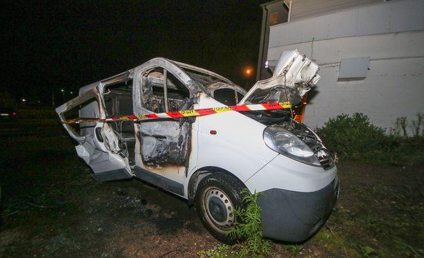 Pakettiauto vaurioitui pahoin tulipalossa.