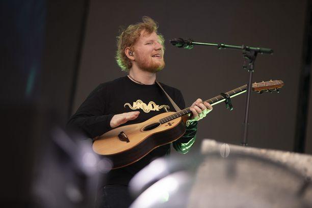 Ed Sheeran astui lavalle vaatimattomaan tapaansa.