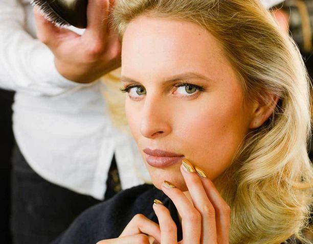 Poskipuna tuo lämpöä kasvoille, ja saman voi tehdä myös punertava vivahde hiusvärin sävyssä.