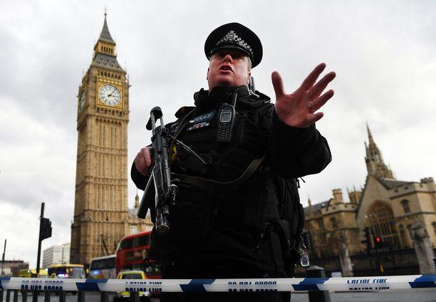 Poliisit hätistelivät toimittajia ja turisteja kauemmaksi tapahtumapaikalta.