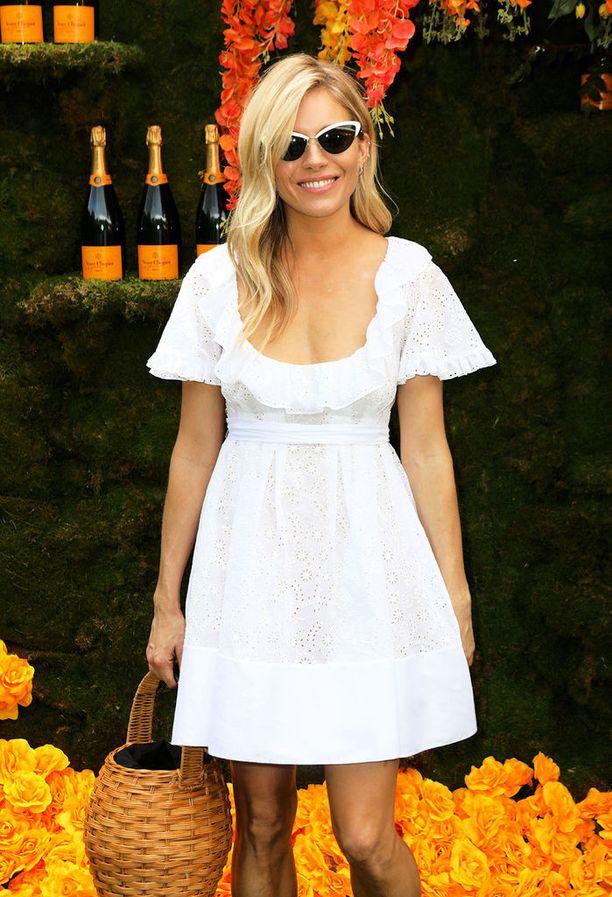 Boho chic -tyylin mestari Sienna Miller oli siepannut käsilaukukseen soman korin. Valkoinen, tyttömäinen mekko ja retrot aurinkolasit viimeistelevät huolettoman kesälookin.