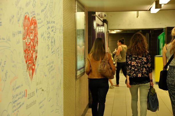 Sisällä Maalbeekin metroasemalla on kaksi valkotaulua, joille kävijät saavat kirjoittaa. Asema on EU:n rakennusten vieressä.