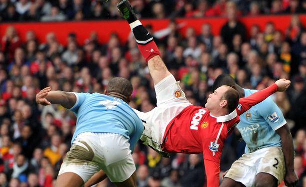 Wayne Rooney näyttää mallia saksipotkusta.