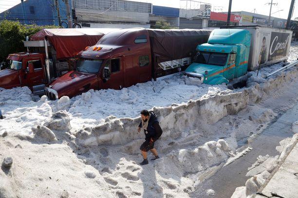 Kadut ja autot peittyivät lumeen ja jäähän ennen kokemattoman raekuuron jälkeen Guadalajarassa sunnuntaina.