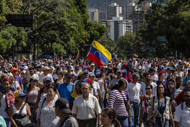 Tuhannet ihmiset marssivat pääkaupunki Caracasissa.
