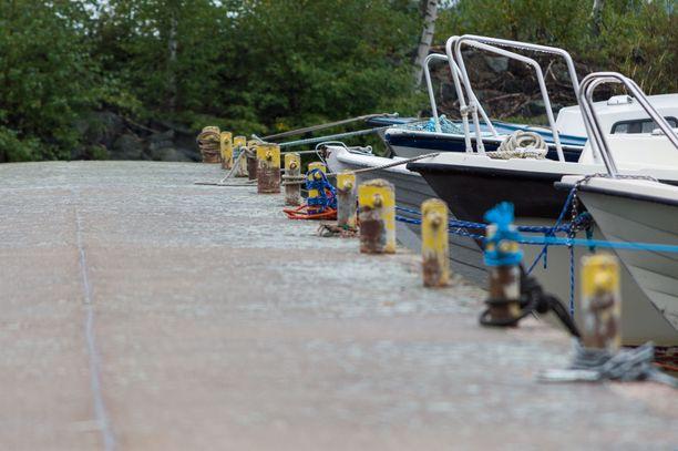 Pelastuslaitos kehottaa tarkistamaan, etteivät voimakkaat tuulet ole aiheuttaneet veneille ongelmia. Kuvituskuva.